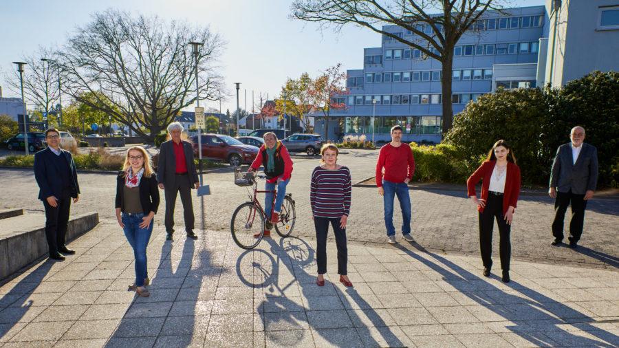Die Stadtverordneten der SPD Fraktion vor dem Rathaus in Langen